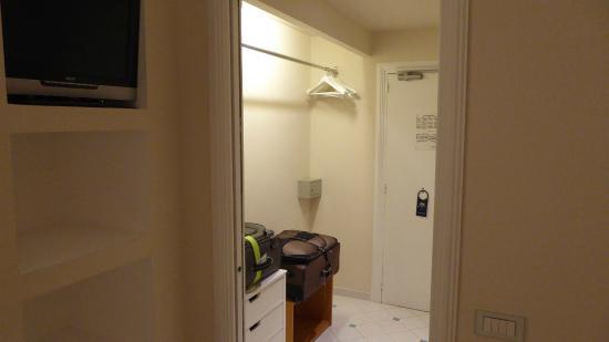 Grand Hotel Aminta: Notice the itsy bitsy, teeny weeny wall safe