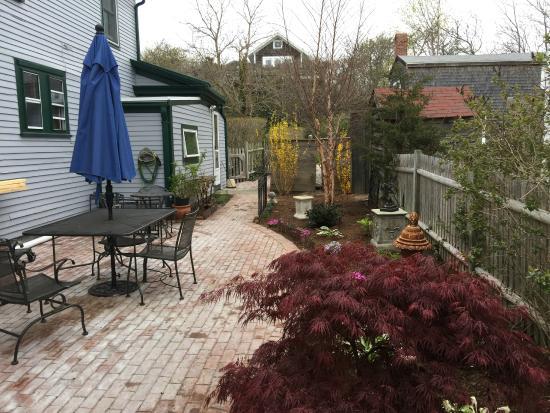 Snug Cottage: Freshly Landscaped Patio Garden