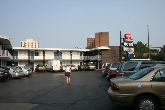 Heart O' Chicago Motel: Parking was tight but free - a plus for Chicago.