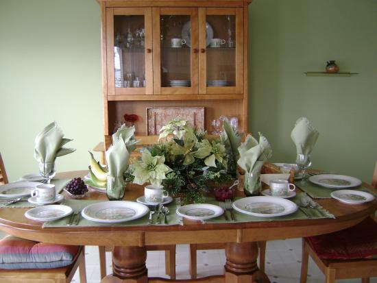 Inn-Chanted Bed & Breakfast: Dining Room