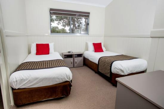 North Coast Holiday Parks Lennox Head : Deluxe Villa 2nd bedroom (king singles)