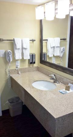 El Rey Inn & Suites: Clean and Spacious Sink Area