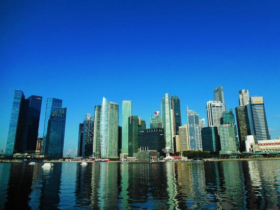 Gedung-gedung pencakar langit Singapura di pagi hari dilihat dari Marina Bay Sands