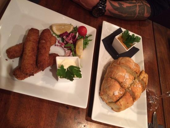 Sinclair's Steakhouse: Pork croquettes och garlic bread with sides