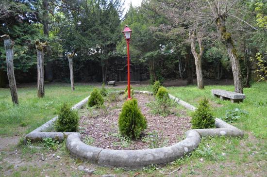 Albergue Juvenil San Rafael: Jardín delantero