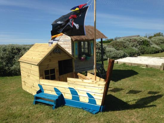 La Chaumiere Du Bois - le bateau pirate du jardine et la cabane Photo de La chaumiere pont nevez, Bretagne TripAdvisor