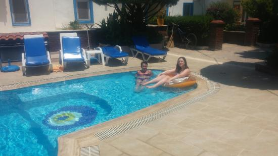 Cennet Apartments: Relaxing at the pool