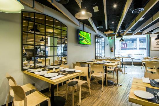 Mesas en la zona de la entrada del restaurante fotograf a - Zona chamberi madrid ...