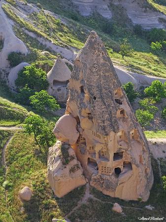 Uchisar, Turquía: Uçhisar Kalesi altında