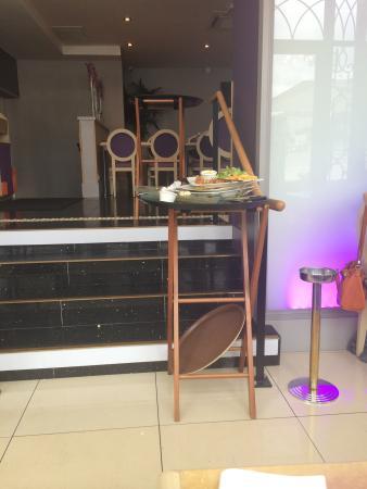La Taverne des Arts: Mangé avec les restes des plats des clients sous les yeux ...