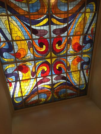 Saski Hotel: Stained glass above stairwell