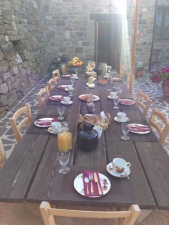 Bellaugello: Der gedeckte Frühstückstisch. Mit frisch zubereiteten Säften (z.B. Apfel-Melone), selbstgemacht
