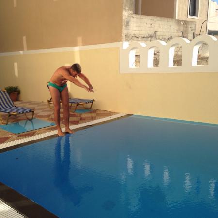 Anna Pension: Un cliente della pensione mentre si appresta a tuffarsi nella piscina aperta fino a tarda sera