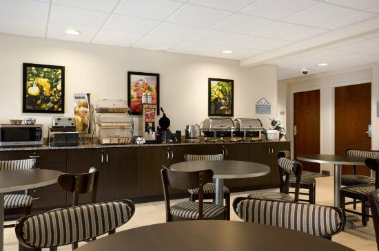 Microtel Inn & Suites by Wyndham Belle Chasse/New Orleans: Breakfast Area