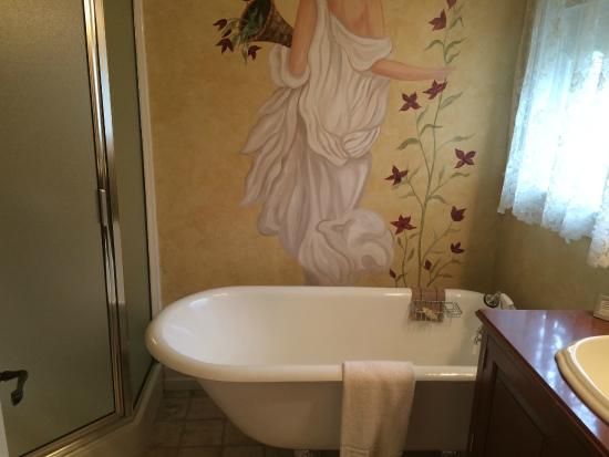 Main Street Inn: the wife loved the tub after a long day of shopping