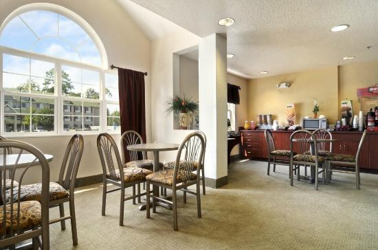Microtel Inn & Suites by Wyndham Marianna: Breakfast Area