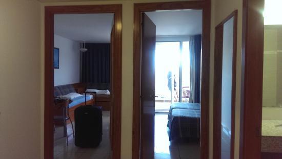 Aparthotel Costa Encantada : Sala y habitación