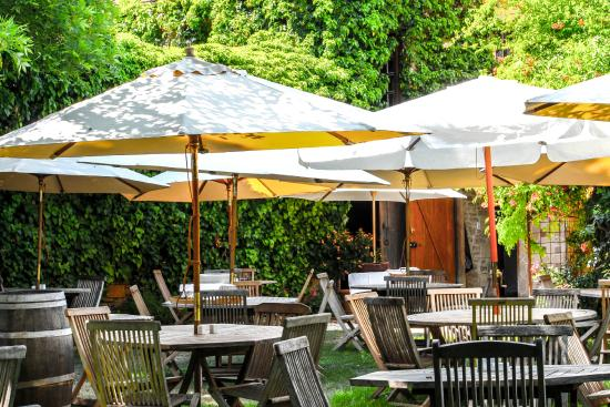 Le Petit Leon : Restaurant Dining in the Garden