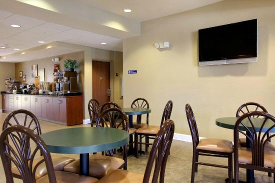 Microtel Inn & Suites by Wyndham Zephyrhills: Breakfast Area