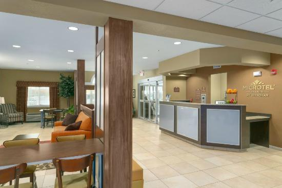 Microtel Inn and Suites by Wyndham, Minot : Lobby