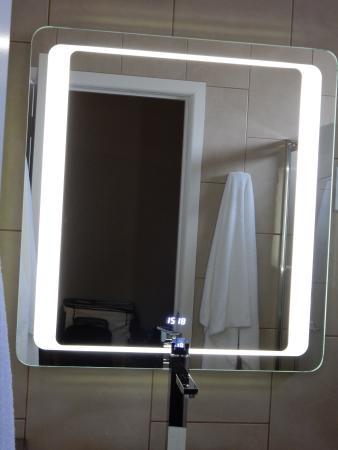 Seahorse Motel: Digital mirror in bathroom.