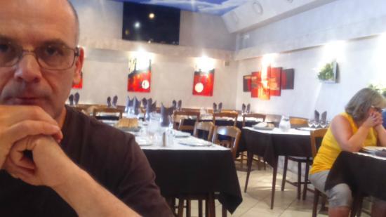 Salles-Curan, France: Salle à manger accueillante, décorée avec goût