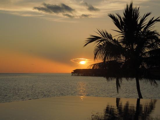Vilamendhoo Island Resort & Spa: Sunset from the sunset bar!