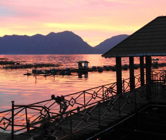 Waterfront Zalino: zonsondergang bij waterfront restaurant