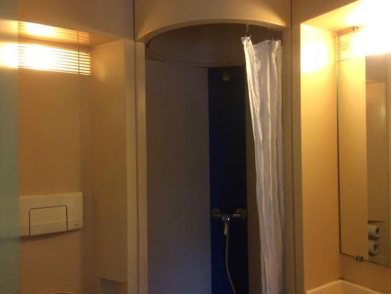 CERISE Nantes La Beaujoire : salle de bain (Rideau tissu+éclairage médiocre)