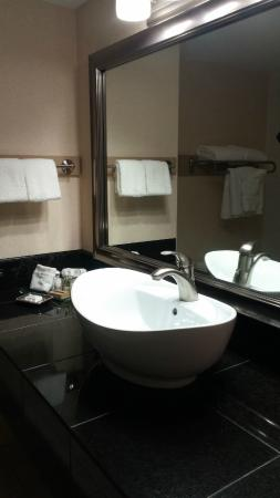 Best Western Plus Prestige Inn Radium Hot Springs: Beautiful Sink and Counter Space