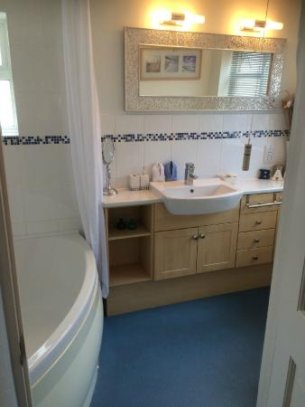 Belmont House B&B Beer: Ensuite bathroom with over-bath shower and wall mounted heater