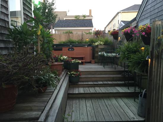 Beaconlight Guesthouse: Back deck area with hot tub