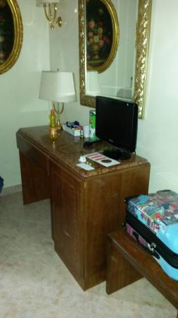 Hotel Luce: the tv and dressing table