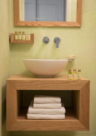 Petra Beach Hotel and Apartments : Green Bathroom