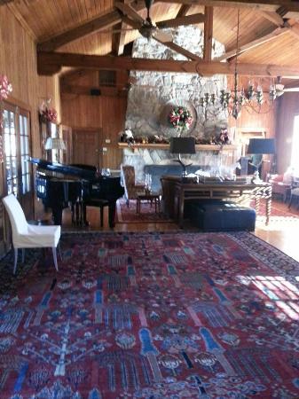 Lake Lure, Kuzey Carolina: Lounge area inside at Christmastime