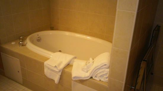 Hilton Garden Inn Fontana: spa tub