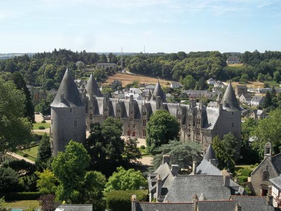 Basilique Notre Dame du Roncier : chateau vu du clocher  josselin