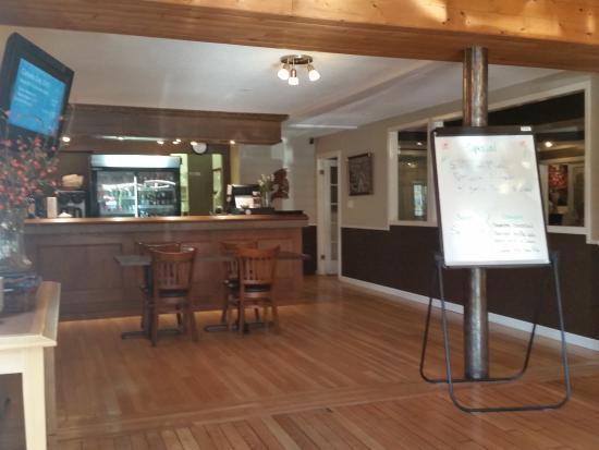 Bella Coola Valley Inn : Restaurant main counter looking towards the kitchen