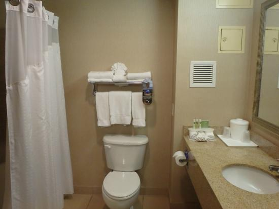 Holiday Inn Express Livermore: Spaceous bathroom