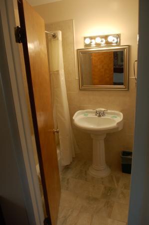 Fort Edward, NY: Superior 2 Queens - Bathroom