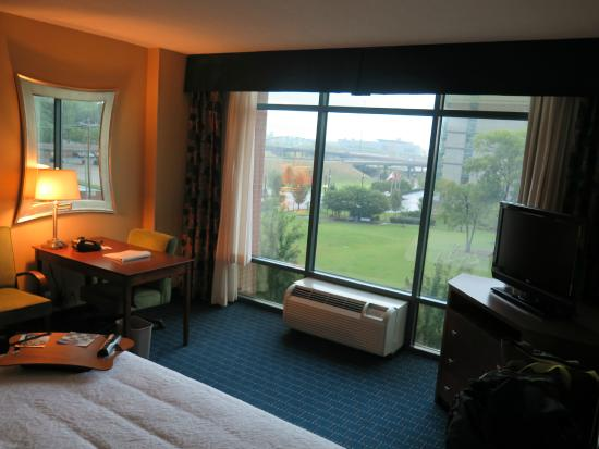 Hampton Inn & Suites Little Rock - Downtown: East facing rooms look over the park. Some have floor to ceiling windows.