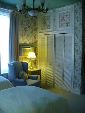 Albert House Inn: Twin bedded room on second floor