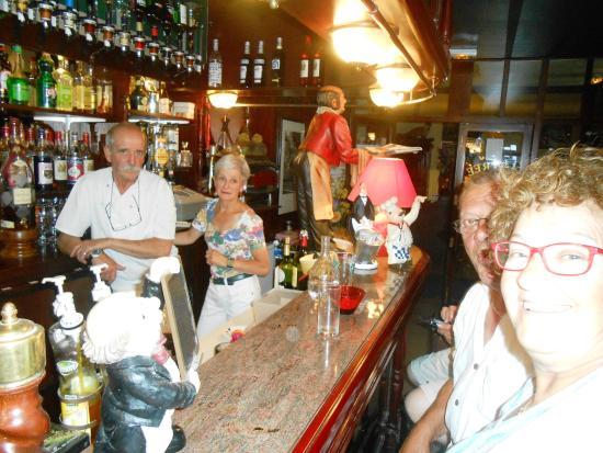 Hotel Le Marbore : bar vintage acompañadade los dueños