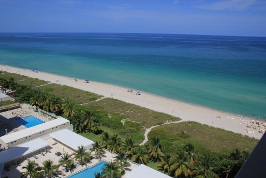 Grand Beach Hotel: Vista hacia el mar desde la habitación