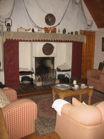 Cloch na Scith Thatched Cottage: guest lounge with historic flair