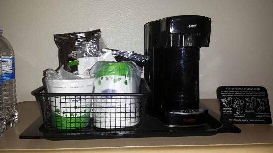 Hampton Inn & Suites Hermosa Beach: Máquina de café do quarto