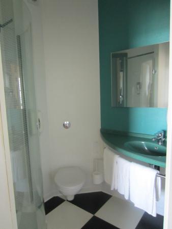 ibis styles deauville villers salle de bain avec wc et douche