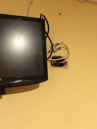 Express Inn Panama International Airport: Hole for TV wires