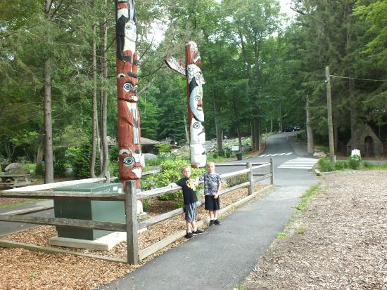 Stamford Museum & Nature Center: Greeted by the tom poles.