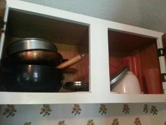 Perry's Motel & Cottages: hodge podge of cookware